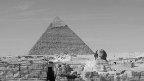 Piramide di Khafre e la grande Sfinge di Giza nel monocromio Immagini Stock