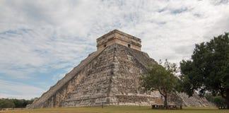 Piramide di Kukulcan del tempio di El Castillo alle rovine maya del Chichen Itza del Messico Immagini Stock