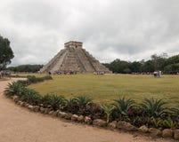 Piramide di Kukulcan del tempio di El Castillo alle rovine maya del Chichen Itza del Messico Fotografia Stock Libera da Diritti