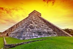 Piramide di Kukulkan in Chichen Itza al tramonto Fotografia Stock Libera da Diritti