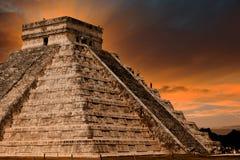 Piramide di Kukulkan nel sito di Chichen Itza, Messico Immagini Stock Libere da Diritti