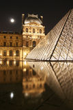 Piramide di Parigi con luce della luna Fotografie Stock Libere da Diritti