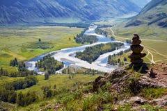 Piramide di pietra in montagne di Altai sopra la valle di Chulyshman del fiume Fotografia Stock