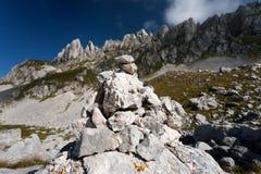 Piramide di pietra sull'alta montagna Fotografia Stock