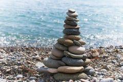 Piramide di pietra sulla spiaggia Fotografie Stock Libere da Diritti