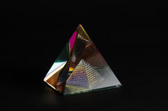 Piramide di vetro brillante nel fondo nero Immagine Stock Libera da Diritti
