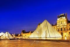 Piramide di vetro ed il museo del Louvre Fotografia Stock Libera da Diritti