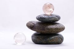 Piramide di zen e sfere di cristallo Immagini Stock Libere da Diritti
