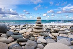 Piramide di zen sul Pebble Beach immagine stock