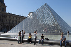 Piramide e turisti di vetro al museo della feritoia Immagine Stock Libera da Diritti