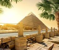 Piramide en weg stock fotografie