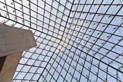 Piramide in het Louvre Stock Afbeelding