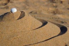 Piramide a spirale della sabbia, equilibrio e tranquillità, sezione dorata in natura Fotografia Stock