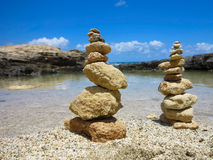 Piramide-Stapel Zen entsteint nahe Meer und blauem Himmel Stockfoto