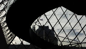 Piramide urbana del Louvre dei cieli di Parigi Fotografia Stock Libera da Diritti