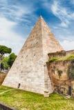 Piramide van Cestius, iconisch oriëntatiepunt in Rome, Italië Stock Fotografie