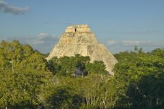 Piramide van de Tovenaar, Mayan ruïne en de Piramide van Uxmal in het Schiereiland van Yucatan, Mexico bij zonsondergang Stock Foto's
