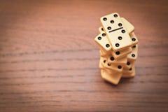 Piramide van domino's stock afbeeldingen