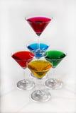 Piramide van glazen met gekleurde dranken Stock Foto's