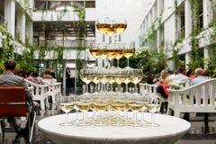 Piramide van glazen met mousserende wijn Royalty-vrije Stock Afbeelding