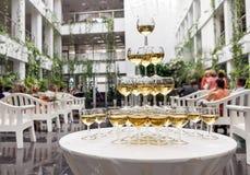 Piramide van glazen met mousserende wijn Royalty-vrije Stock Foto