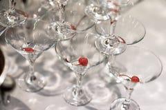 Piramide van glazen voor dranken, banketcocktails met kers, feestelijke stemming, de vieringsdienst Royalty-vrije Stock Afbeeldingen