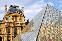 Piramide van het Louvre, Parijs stock afbeeldingen