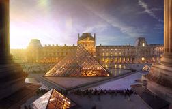 Piramide van het Louvremuseum in Parijs bij zonsondergang Stock Afbeelding