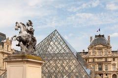 Piramide van het Museum van het Louvre in Parijs Stock Fotografie