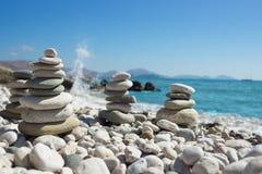 Piramide van kiezelstenen op een overzees strand Stock Afbeeldingen