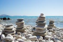 Piramide van kiezelstenen op een overzees strand Royalty-vrije Stock Foto
