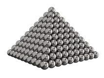 Piramide van staalballen op een witte achtergrond Stuk speelgoed voor kinderen het 3d teruggeven royalty-vrije stock foto