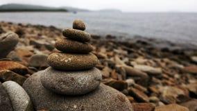 Piramide van stenen op de kust Royalty-vrije Stock Foto's