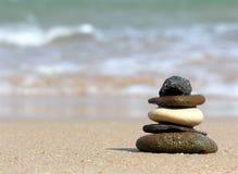 Piramide van stenen. strand Stock Afbeelding