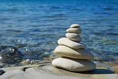 Piramide van stenen zen saldo in overzeese kust Stock Fotografie