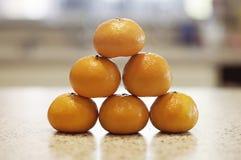 Piramide van verse sinaasappelen Stock Foto's