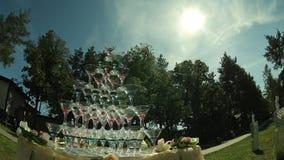 Piramide van wijnglazen stock videobeelden