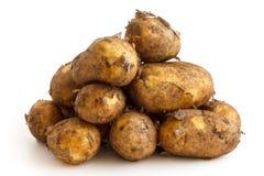 Piramidehoop van ongewassen nieuwe die aardappels op wit worden geïsoleerd stock afbeeldingen