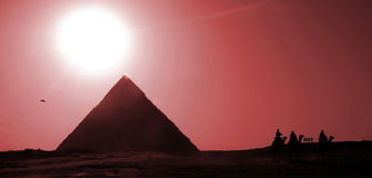 Piramides bij rode zonsondergang Stock Foto's