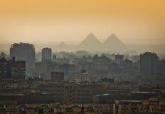 Piramides in de mist royalty-vrije stock afbeelding