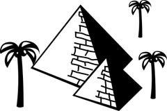 Piramides in de woestijn met palmen Stock Fotografie