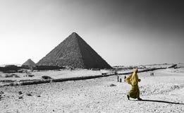 Piramides Giza en Arabisch meisje Royalty-vrije Stock Foto's