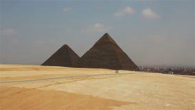 Piramides op de achtergrond van Kaïro benadering stock footage
