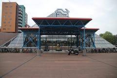 Piramidevorm van de ondergrondse post van de stad in Rijswijk, Nederland stock foto's