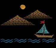 Piramidi con i punti del ricamo della barca e del sole d'imitazione Immagini Stock