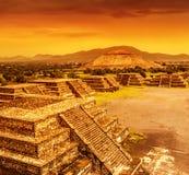 Piramidi del Messico sopra il tramonto fotografie stock libere da diritti