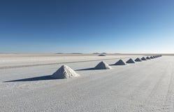 Piramidi del sale nel piano del sale di Uyuni, Bolivia fotografia stock