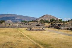 Piramidi della luna e di The Sun alle rovine di Teotihuacan - Città del Messico, Messico Immagini Stock Libere da Diritti