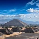 Piramidi di Teotihuacan immagine stock