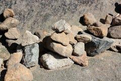 Piramidi e la gente delle pietre nella riserva Hrensko, repubblica Ceca Troll e chedo La Svizzera ceca bohemia Portone di Pravcic immagine stock